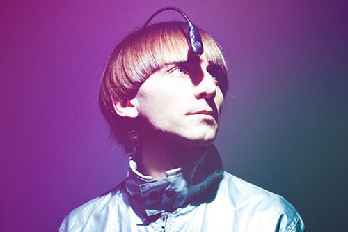 Neil Harbisson, premier homme cyborg doté d'une antenne sensorielle (2004) (Crédit: Neil Harbisson @flickr.com sous licence Creative Commons BY 2.0)